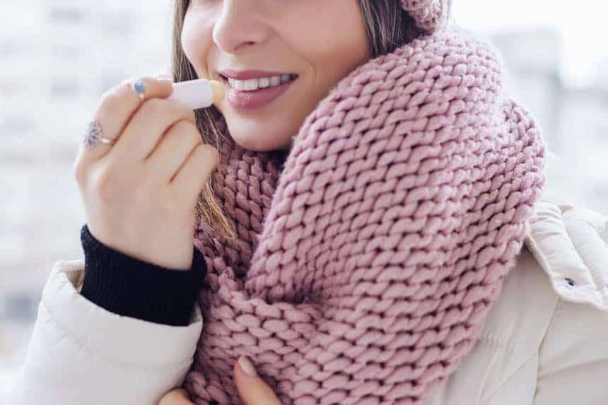 In der kalten Jahreszeit helfen Cremes mit Paraffinen Haut und Lippen vor Wind, Kälte und Austrocknung zu schützen, zumindest kurzfristig.